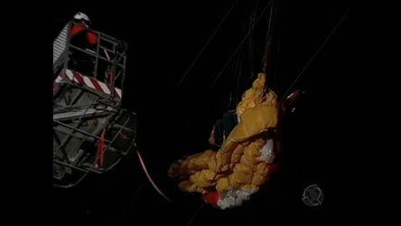 Homem de paraglider fica preso a fios de alta tensão no interior de SP