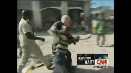 Repórter ajuda menino que apanhou por pegar comida no Haiti ...