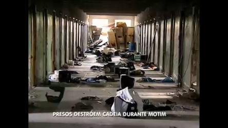 Presos destroém penitenciária no Paraná durante rebelião - Record ...