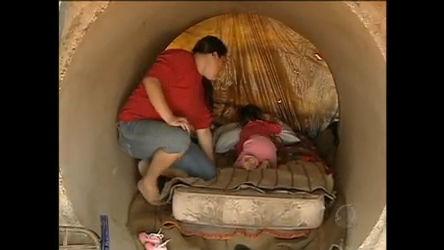 Famílias desalojadas vivem em tubulações de esgoto em Novo ...