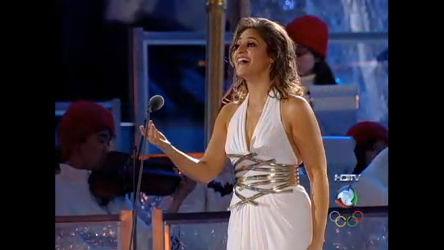 Ariana Chris canta hino grego em Cerimônia de Encerramento ...