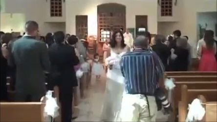 Fotógrafo atrapalhado provoca cena inusitada em casamento ...