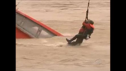 Veja o resgate dramático de um homem durante o naufrágio de ...