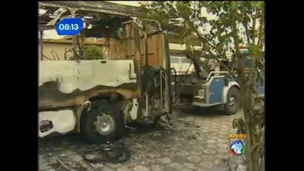 Vândalos incendeiam ônibus em São Vicente ( SP) - Notícias - R7 ...