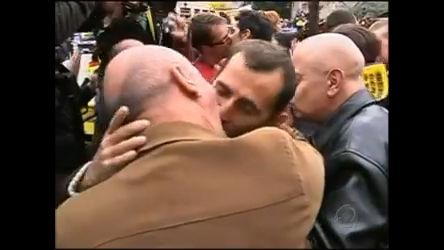 Papa Bento 16 enfrenta beijaço gay e outros protestos na Espanha ...