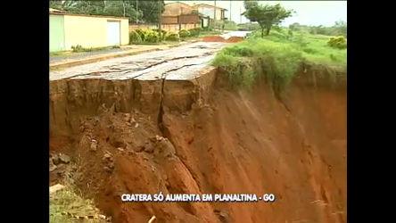 Imagens mostram cratera que ameaça derrubar casas em ...