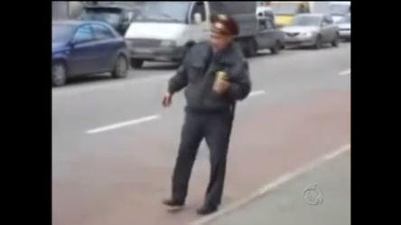 Policial bêbado tenta organizar o trânsito na Rússia - Notícias - R7 ...