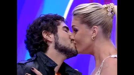 Marcos Mion e Ana Hickmann se beijam no palco do Tudo É Possível