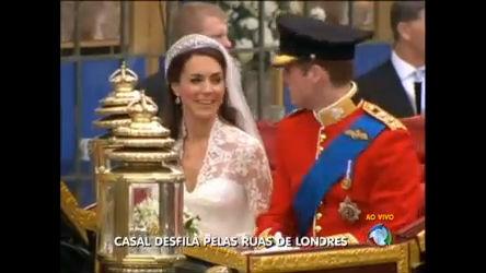Novo casal real deixa igreja e passeia por Londres em carruagem ...