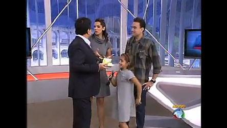Mariana Leão leva um pedaço de bolo para Wagner Montes - Rio ...
