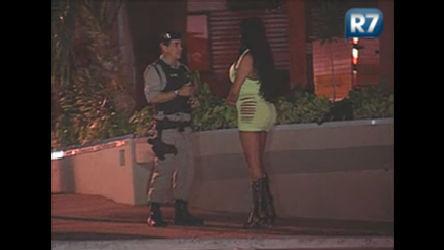 Policiais tentam convencer travestis a largar a prostituição em ...