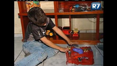 Crianças ficam sozinhas em casa devido a falta de vaga nas ...