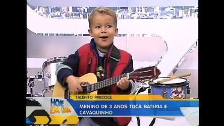 Menino prodígio de três anos de idade toca bateria e cavaquinho ...