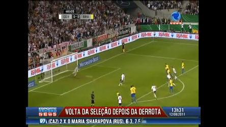 Jogadores da seleção desembarcam no Brasil após derrota contra ...