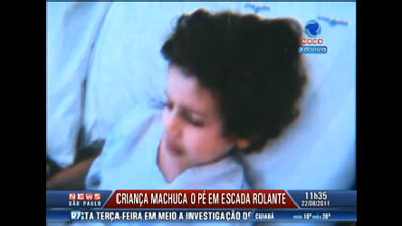 Criança machuca o pé em escada rolante de shopping em São Paulo