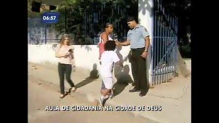 Crianças fazem aulas de reforço escolar com policiais de UPP em ...