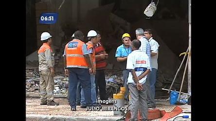 Retirada de escombros de prédio que explodiu no centro do Rio ...