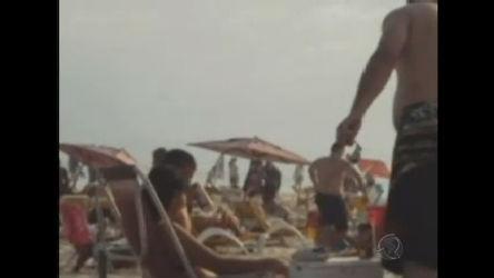 Imagem de criança bebendo cerveja na praia cai na web e provoca ...