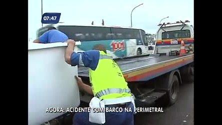 Lancha se desprende de carro e provoca tumulto na avenida ...