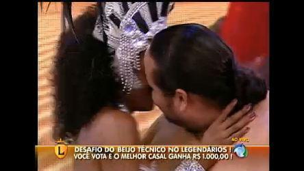 Dirigidos pelos rebeldes, casais inusitados dão o famoso beijo técnico