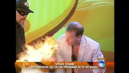 Stevie Starr queima braço de João Gordo durante apresentação. Veja!