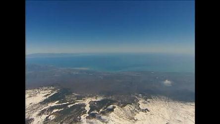 Aventureiros italianos sobrevoam vulcão Etna, na Itália, de paraglider