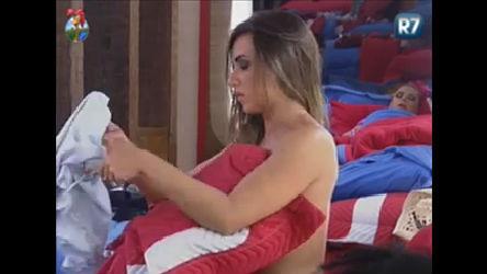 Nicole deixa seio aparecer ao trocar de roupa no quarto da sede ...