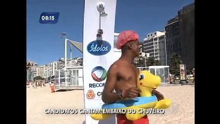 Chuveiro do programa Ídolos 2012 faz sucesso em praia do Rio ...