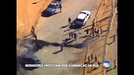 Moradores protestam por iluminação em rua - Minas Gerais - R7 ...