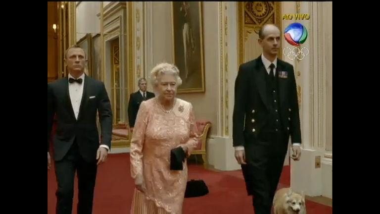 Rainha Elizabeth é escoltada por James Bond e cai de paraquedas ...