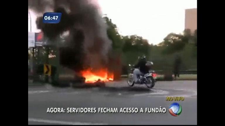 Servidores da UFRJ colocam fogo em pneus no acesso à Ilha do ...