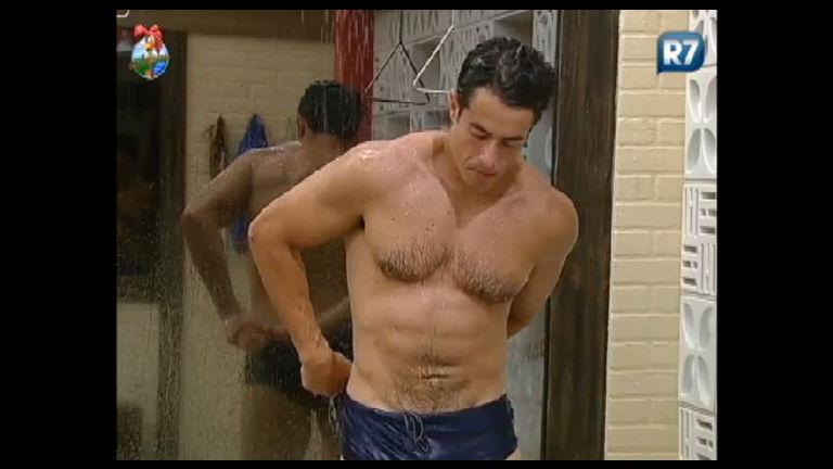 Felipe Folgosi deixa as fãs babando durante banho na tarde deste ...