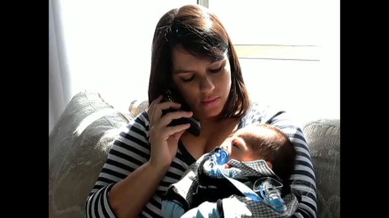 Sozinhas, mães de primeira viagem aprendem a cuidar dos bebês ...