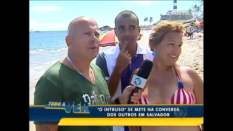 """"""" Intruso"""" se mete na conversa dos outros em praia de Salvador; veja ..."""