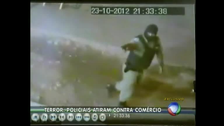 Câmeras flagram policiais fardados atirando contra sacolão em ...