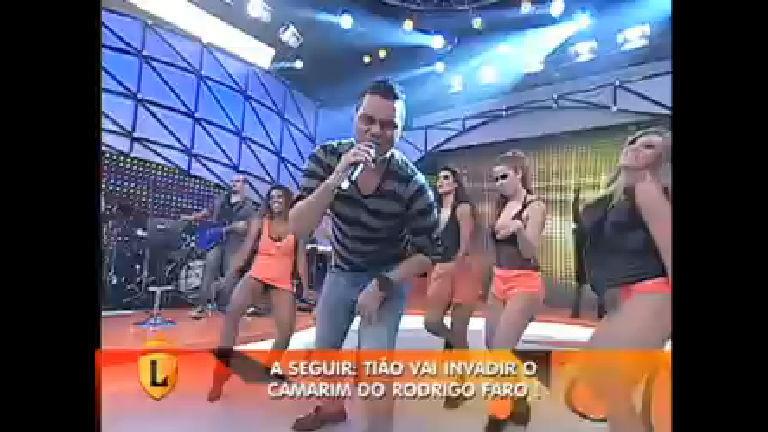 """Sorriso Maroto canta o sucesso """"Assim você mata o papai"""" no palco ..."""