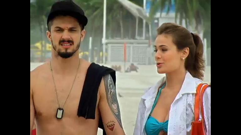 Mirela e André esbarram em Vicente e Eduardo na praia