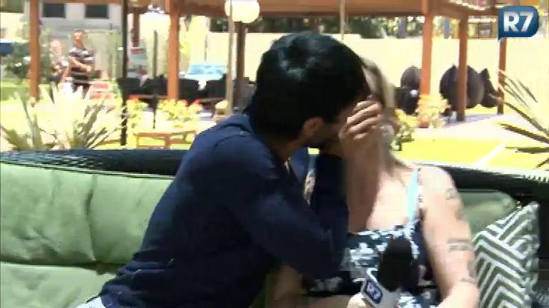 Ex- Tricô: Halan tasca um beijão em Lele - Entretenimento - R7 ...