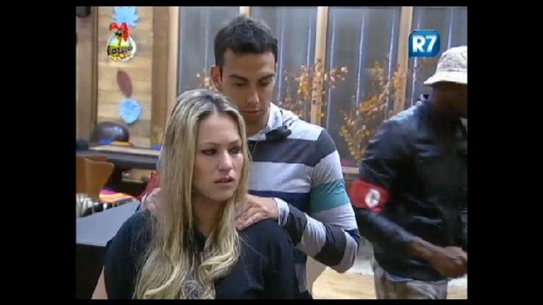 Ísis desata a chorar e é consolada por Rodrigo Carril - Rede Record