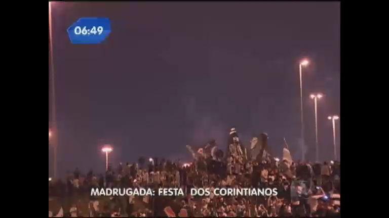 Torcedores do Timão fazem festa no aeroporto internacional de SP ...