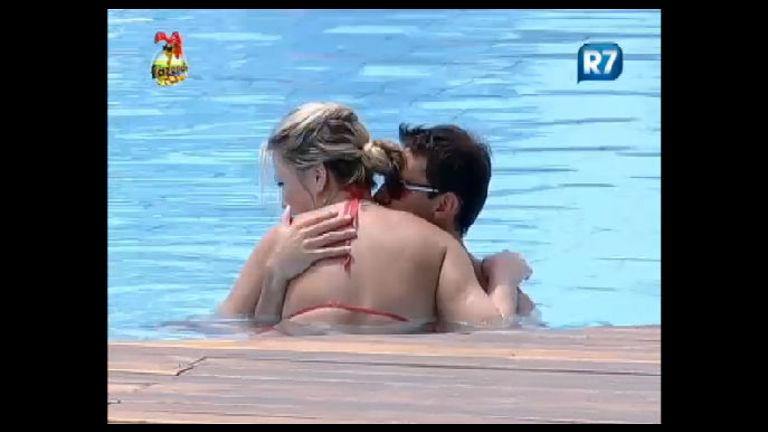 Cheio de paixão, Rodrigo Carril não dá sossego à Ísis na piscina ...