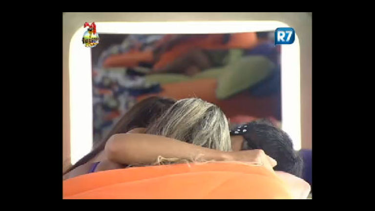 Depois da festa, Rodrigo Carril leva Ísis e Nuelle para a cama ...