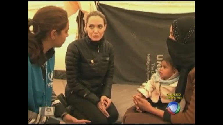 Angelina Jolie visita vítimas da guerra civil na Síria - Rede Record