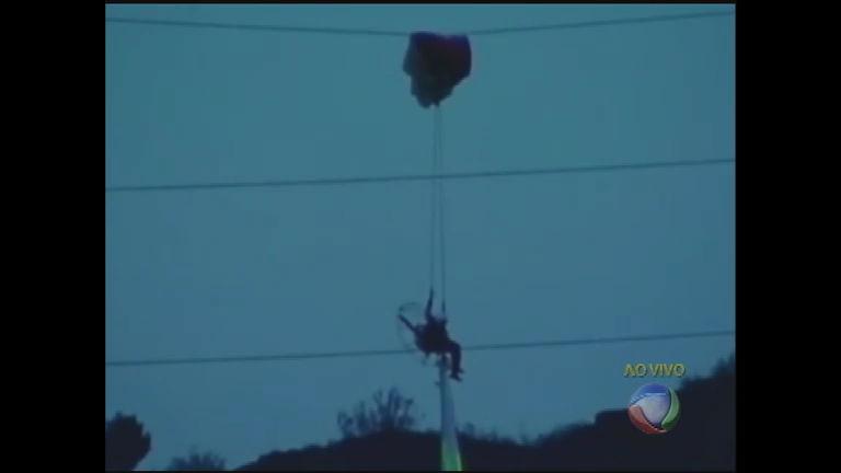 Piloto de paraglider fica pendurado em fios de alta tensão - Notícias ...