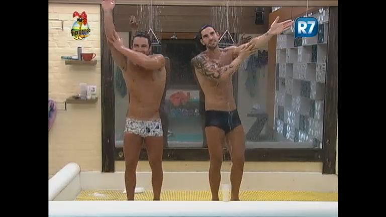 Thyago dança com Victor durante banho e mostra o bumbum ...