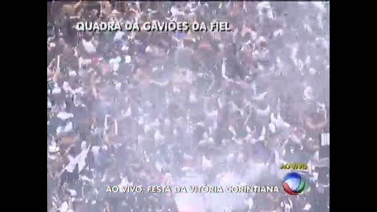 Torcida lota quadra da Gaviões da Fiel para comemorar título mundial