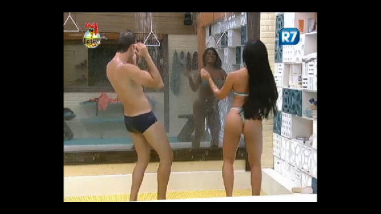 Animados, Rodrigo Carril e Natália dançam durante o banho ...