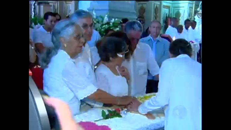 Parentes e amigos prestam últimas homenagens à dona Canô ...
