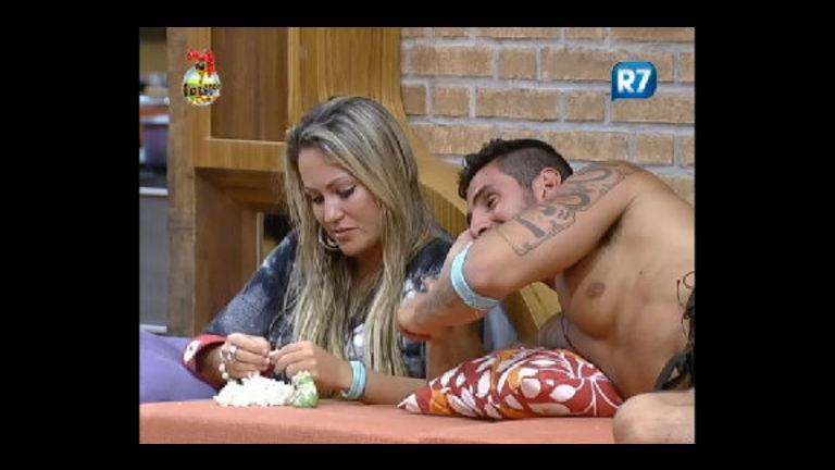 Rolou ou não? Ísis tenta explicar beijo em Rodrigo Carril - Record ...