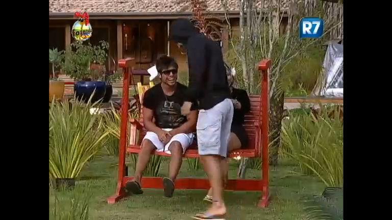 Victor zomba Thyago por confissão de beijo em Ísis e o carioca ...